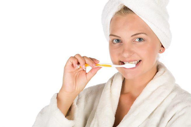 Mujer cepillándose los dientes